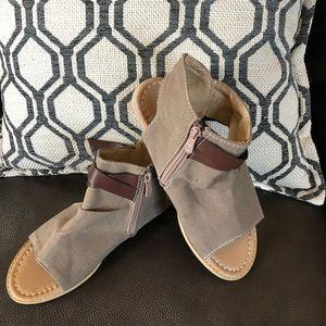 Shoes - Fun lightweight shoe. Size 8.5